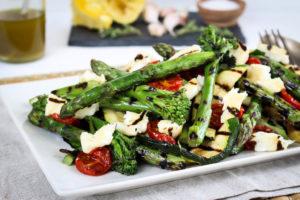 Salát z grilované zeleniny se sýrem halloumi