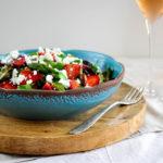 Chřestový salát s jahodami, oříšky a mučenkovým dresinkem