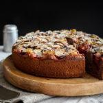 Celozrnný švestkový koláč s mandlemi