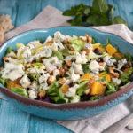 Salát s datlemi, ořechy a gorgonzolou